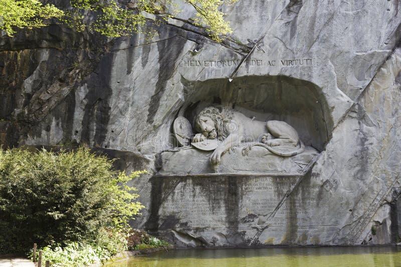 Barwiarski lew rzeźbił w skalistej ścianie w lucernie zdjęcia royalty free