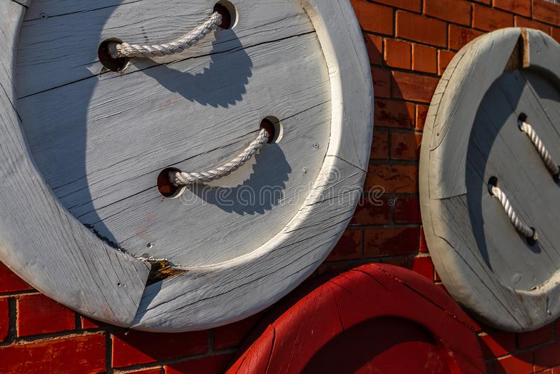 Barwiona guzika drewna ściana zdjęcia royalty free