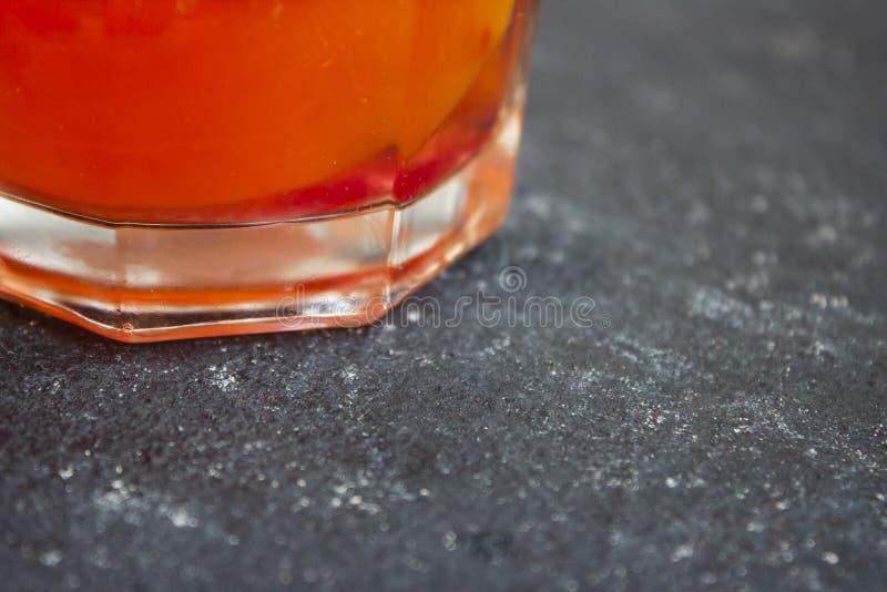 Barwiona lemoniada z cytryną na zmrok powierzchni fotografia royalty free