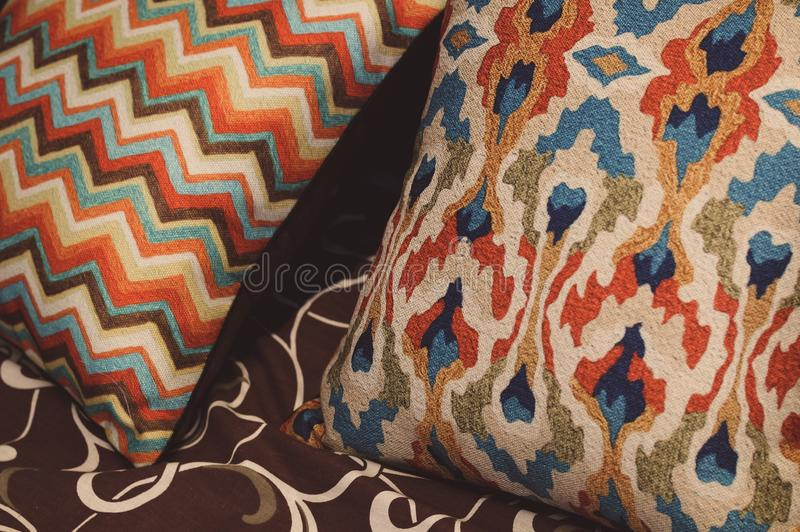 Barwiona poduszka z wzorem na ? zdjęcie royalty free