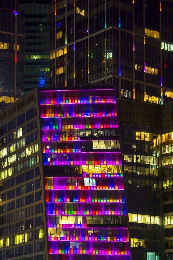 Barwiona szklana fasada przy nocą fotografia stock