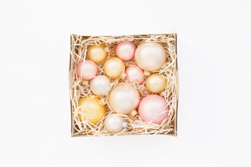 Barwione Bożenarodzeniowe piłki pakować w kwadratowym pudełku fotografia royalty free
