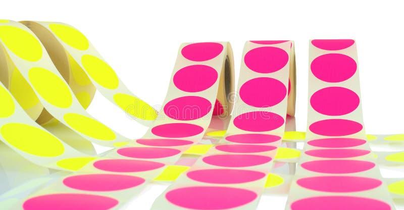 Barwione etykietek rolki odizolowywać na białym tle z cienia odbiciem Kolor rolki etykietki dla drukarek fotografia stock