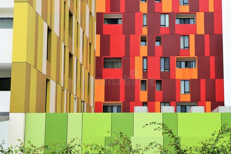 Barwione fasady i ściany nowożytni budynki obrazy stock