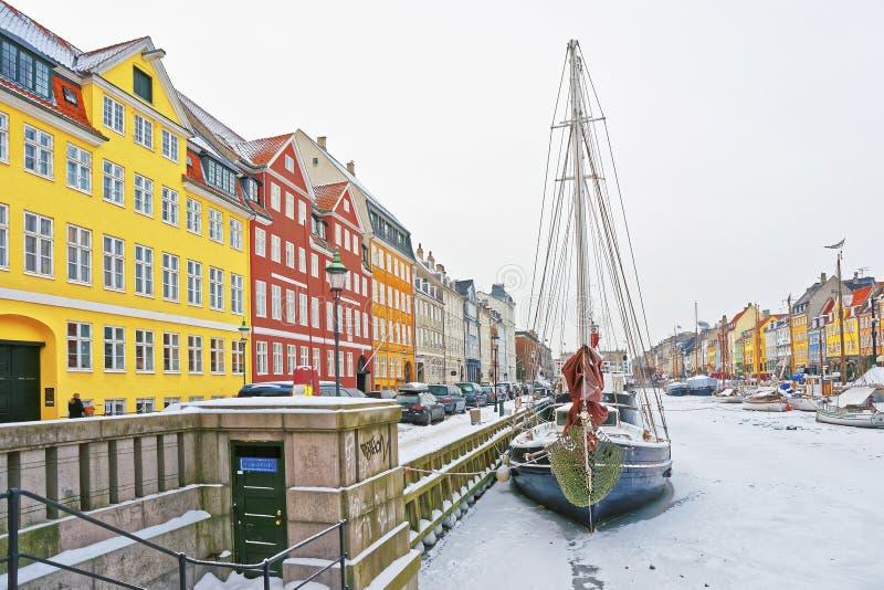 Barwione fasady Nyhavn w Kopenhaga w Dani w zimie obrazy stock