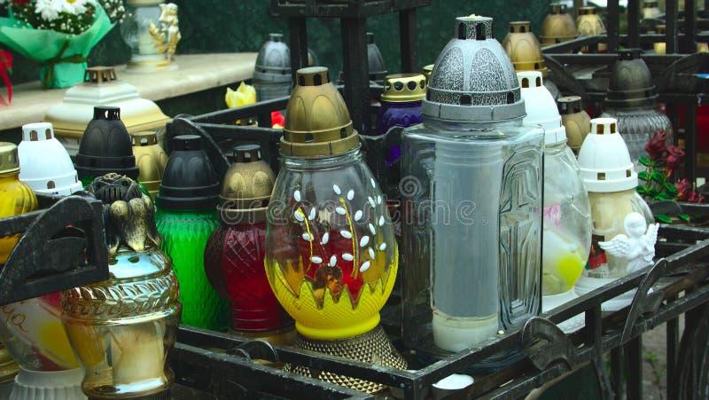 Barwione i przejrzyste lampy dla żałobnych świeczek zdjęcie stock