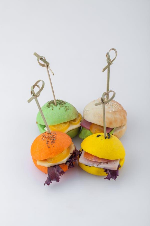 Barwione mini kanapki z wieloskładnikowymi składnikami obrazy royalty free