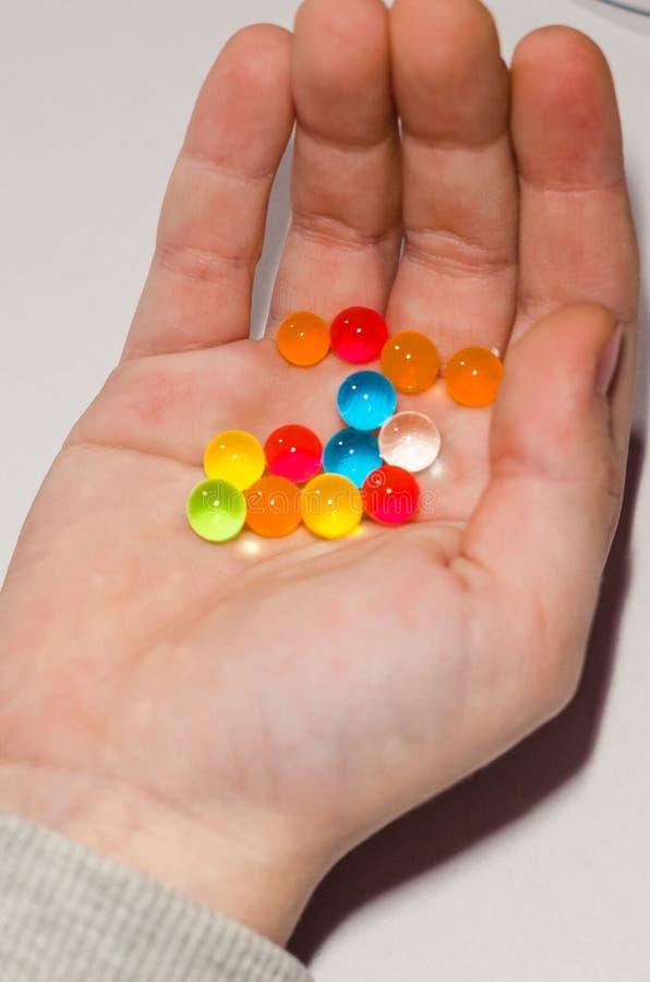 Barwione piłki hydrożel w rękach obraz stock