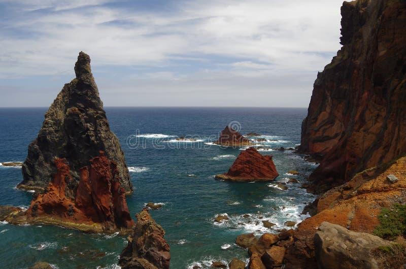 Barwione skały przy nadmorski madera zdjęcia royalty free