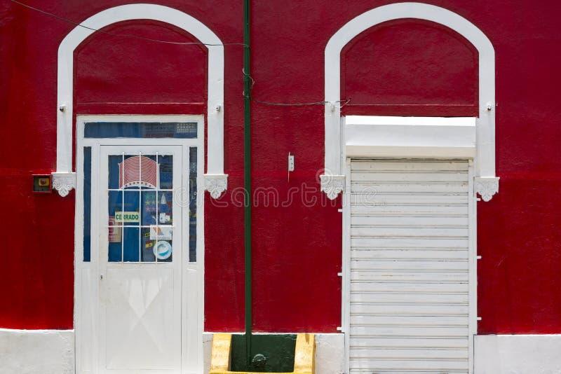 Barwionej czerwieni ścienni i biali drzwi, kolonialna architektura w Venez obraz stock