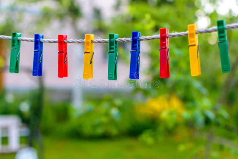 Barwioni clothespins dla bieliźnianego obwieszenia fotografia royalty free