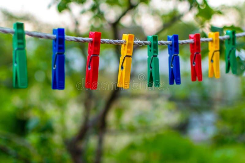 Barwioni clothespins dla bieliźnianego obwieszenia zdjęcia royalty free
