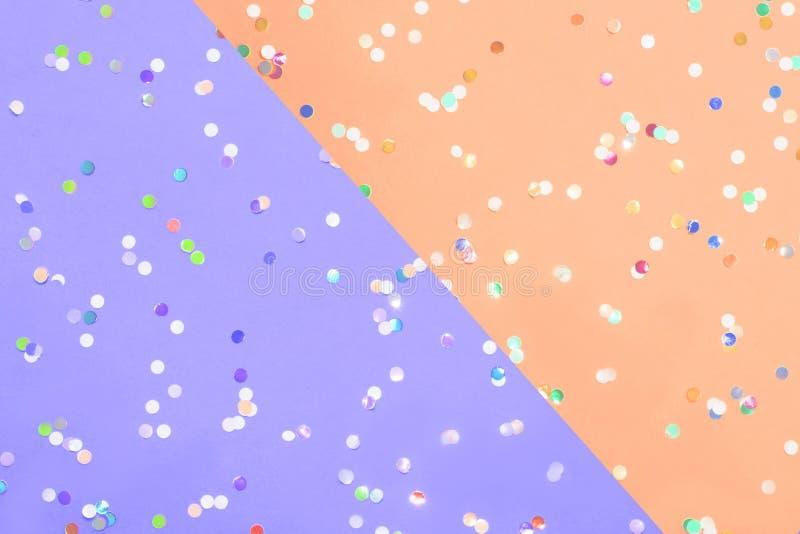 Barwioni confetti rozpraszający na Barwionych confetti rozpraszających na purpurowego pastelowego paperand żółtym pastelu tapetuj obraz stock