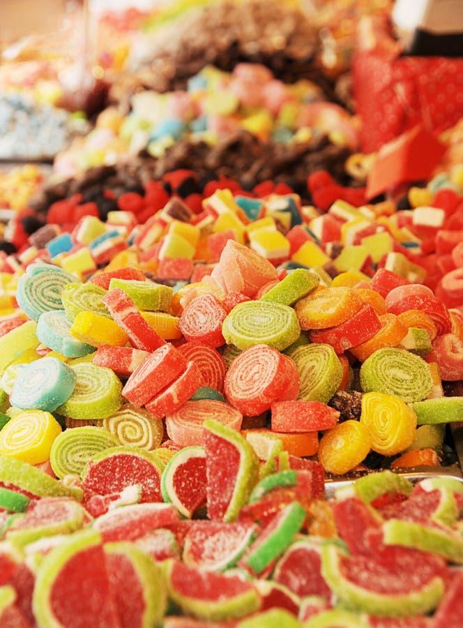 Barwioni cukierki w stosach zdjęcia stock