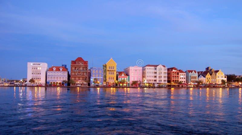 Barwioni domy w wieczór w Willemstad Curacao fotografia stock