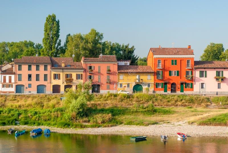 Barwioni domy wzdłuż południowego banka rzeczny Ticino w Pavia zdjęcia stock