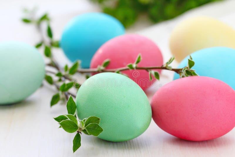 Barwioni Easter jajka na stole zdjęcia stock