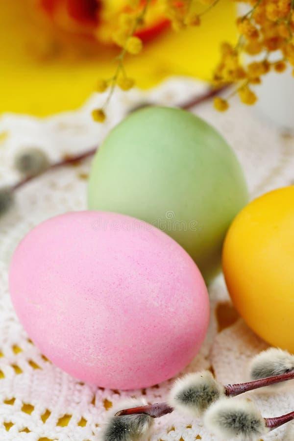 Barwioni Easter jajka na stole zdjęcie royalty free