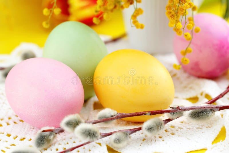 Barwioni Easter jajka na stole obraz stock