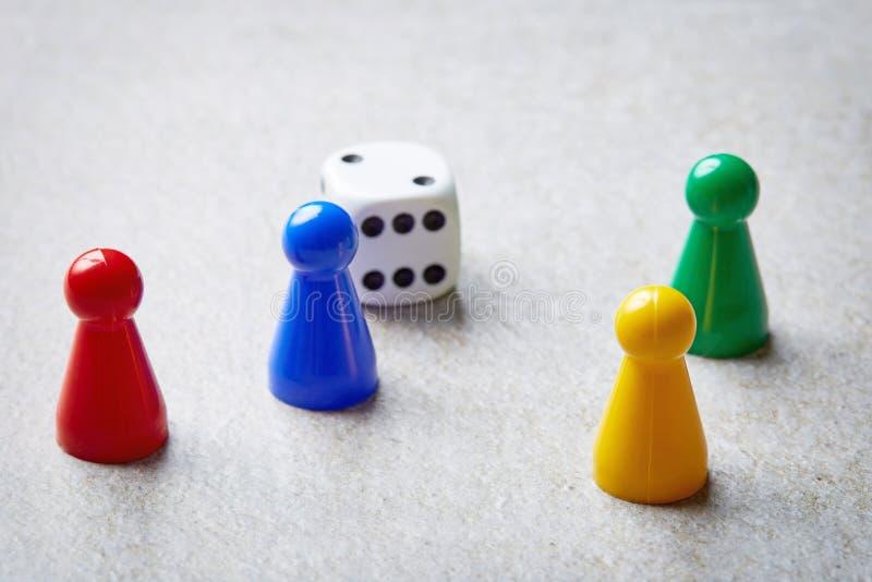 Barwioni gra planszowa kawałki na kamienia stole obraz stock