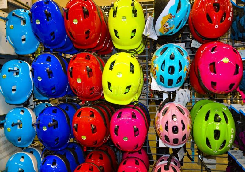 Barwioni hełmy w sporta sklepie zdjęcia royalty free