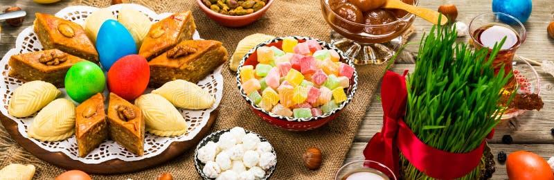 Barwioni jajka, pszeniczne wiosny i słodki ciasto dla Nowruz wakacje w Azerbejdżan, obraz stock