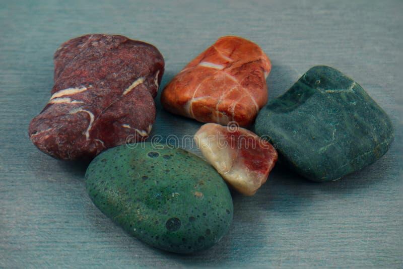 Barwioni kamienie zamknięci w górę wizerunku Abstrakcjonistyczny tło lub naturalny krajobraz kopalni elementy zdjęcia royalty free