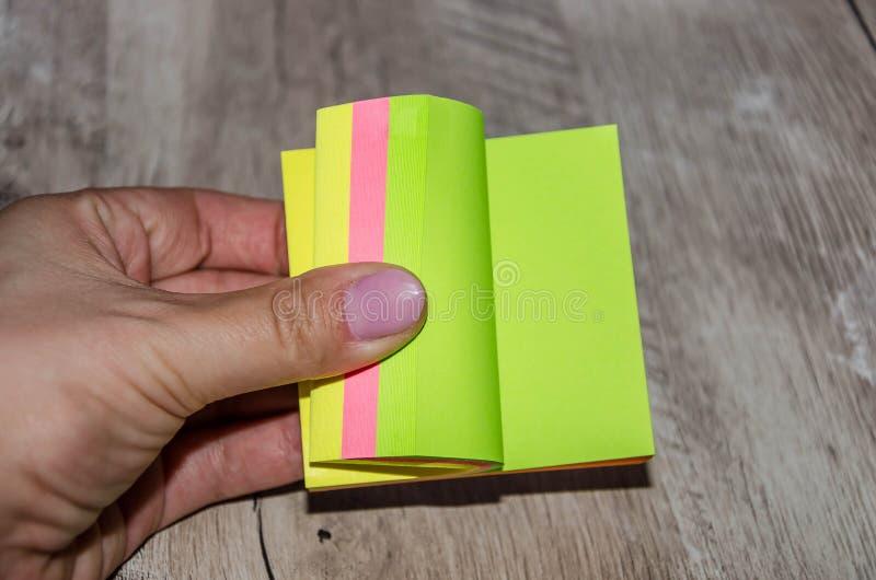 Barwioni kawałek papieru w ręce zdjęcia stock