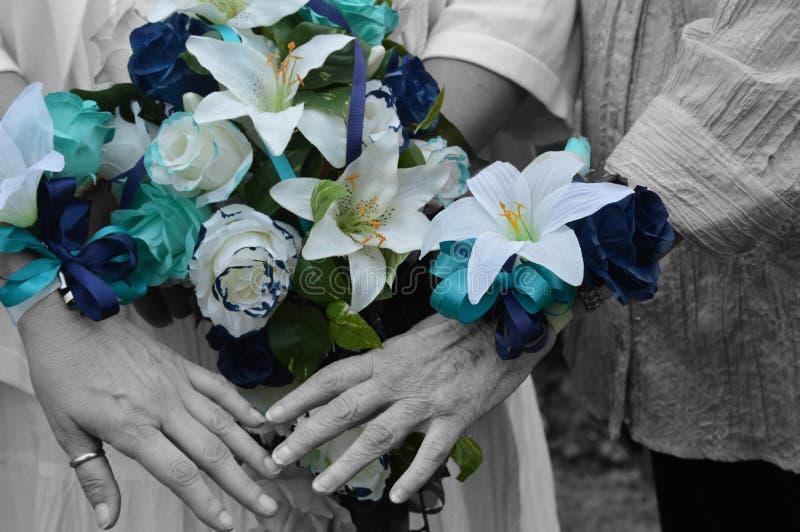 Barwioni kwiaty na czarny i biały rękach obrazy stock