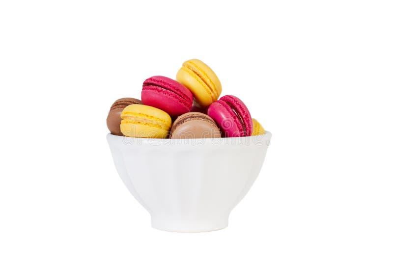 Barwioni macarons w białym pucharze obrazy royalty free