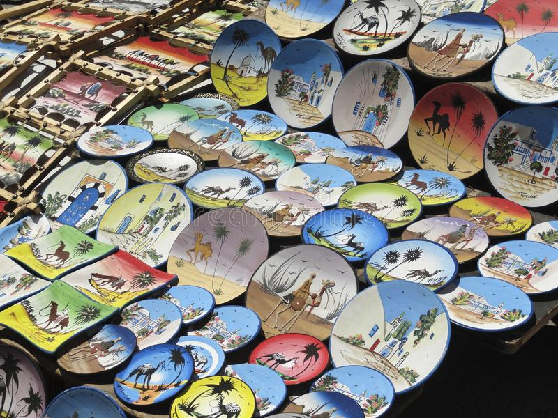 Barwioni malujący talerze na rynku w Tunezja obraz royalty free