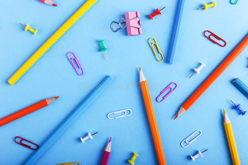 Barwioni ołówki, papierowe klamerki i szpilki, szkolne dostawy dla rysować, wzór, kopii przestrzeń zdjęcie royalty free