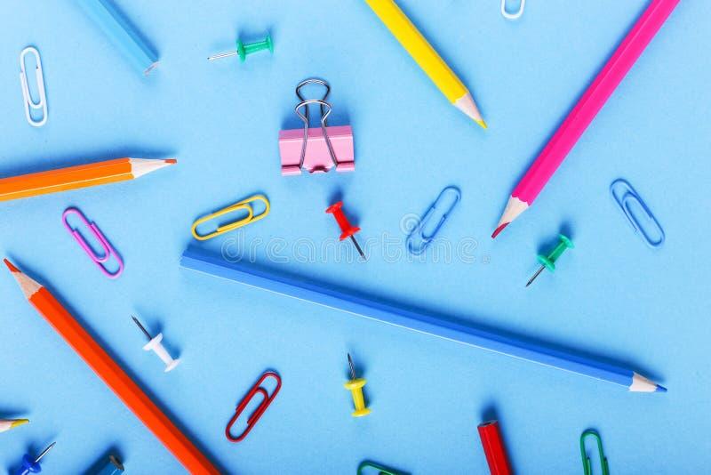 Barwioni ołówki, papierowe klamerki i szpilki, szkolne dostawy dla rysować, wzór, kopii przestrzeń obrazy stock