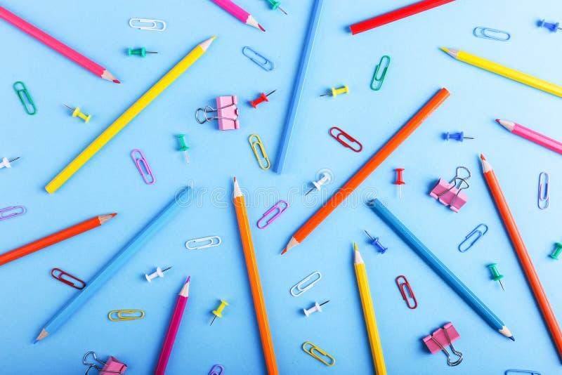 Barwioni ołówki, papierowe klamerki i szpilki, szkolne dostawy dla rysować, wzór, kopii przestrzeń zdjęcia royalty free