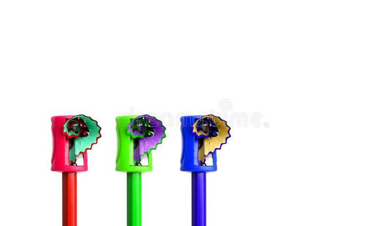 Barwioni ołówki beeing ostrzyli z ręczną ostrzarką fotografia royalty free