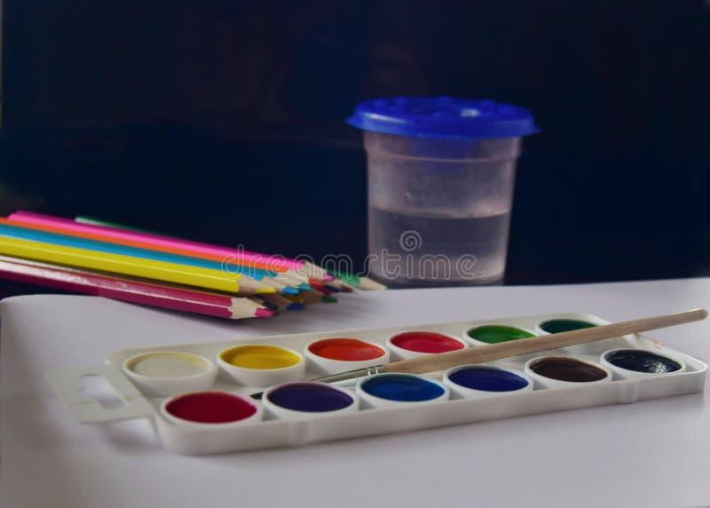 Barwioni ołówki, farba i muśnięcie dla dziecko twórczości, fotografia royalty free