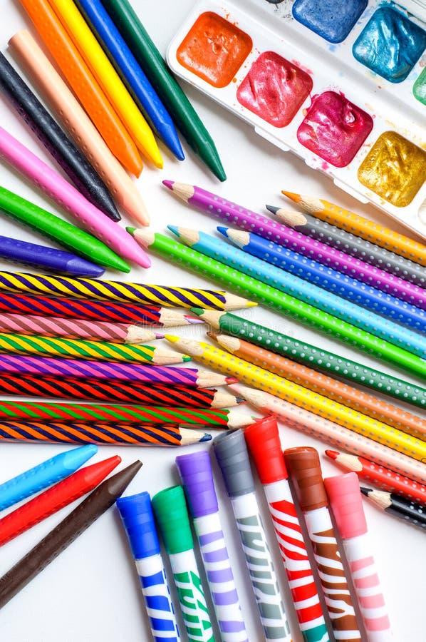 Barwioni ołówki, kredki, markiery i farby na białym tle, obrazy stock