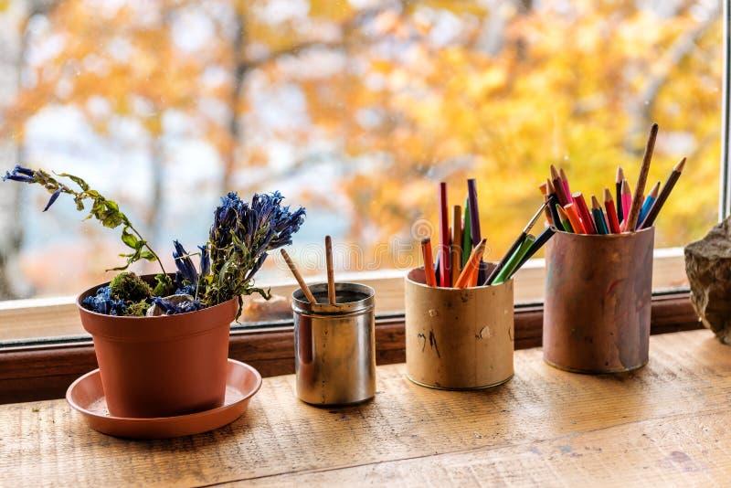 Barwioni ołówki na okno obraz royalty free