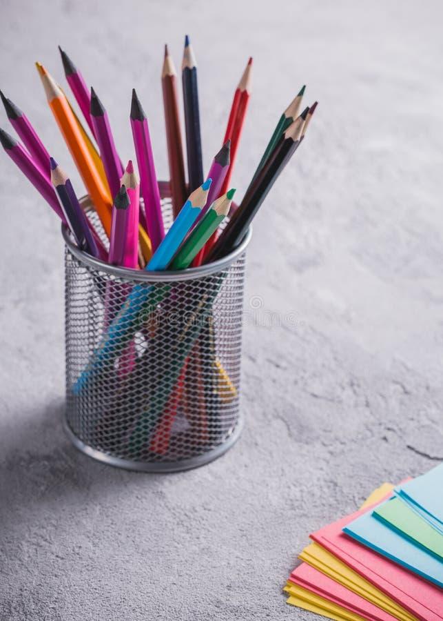 Barwioni ołówki na stole zdjęcie royalty free