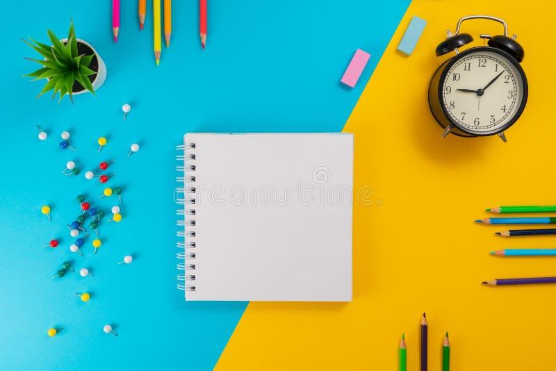 Barwioni ołówki, notepad jako pojęcie uczenie zdjęcia royalty free
