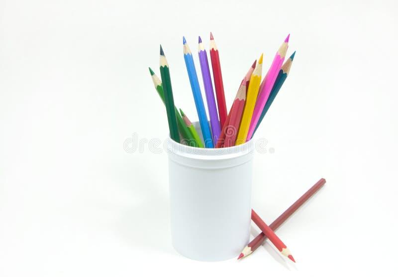 Barwioni ołówki w białym szkle obraz stock