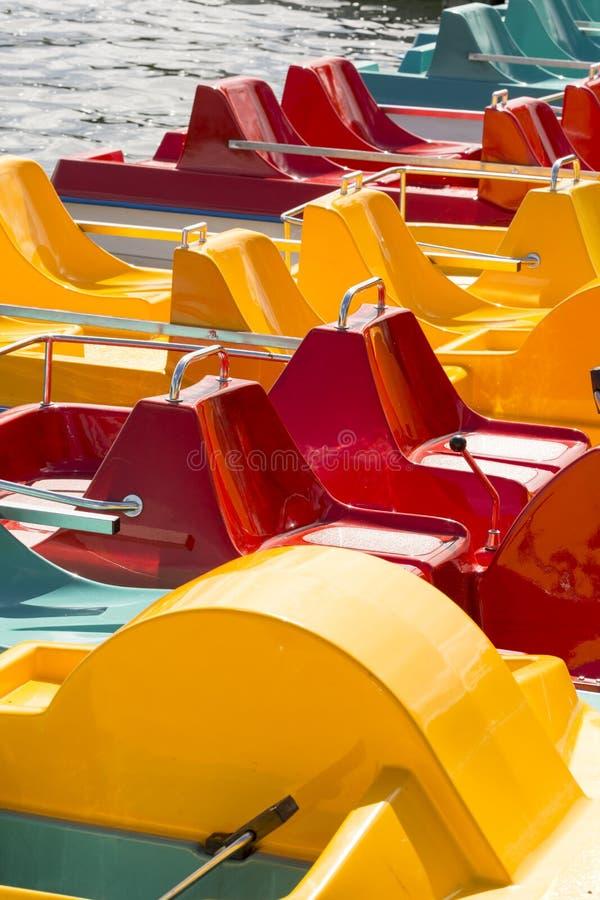 Barwioni pedalos na jeziorze czekają turystów fotografia royalty free