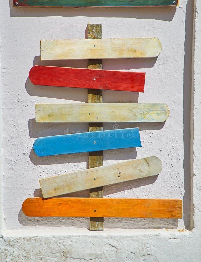 Barwioni puści drewniani signboards wskazuje różni kierunki obrazy royalty free