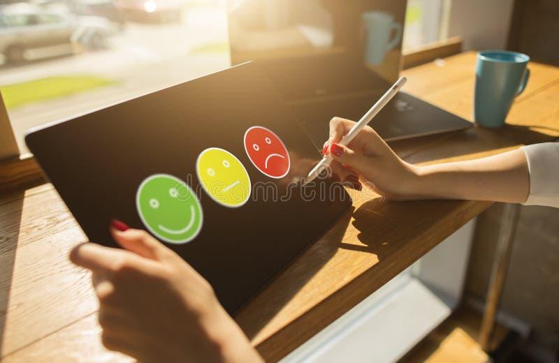Barwioni uśmiechy Klient satysfakci kontrola na przyrządu ekranie Usługa i ilości ulepszenia pojęcie zdjęcia royalty free