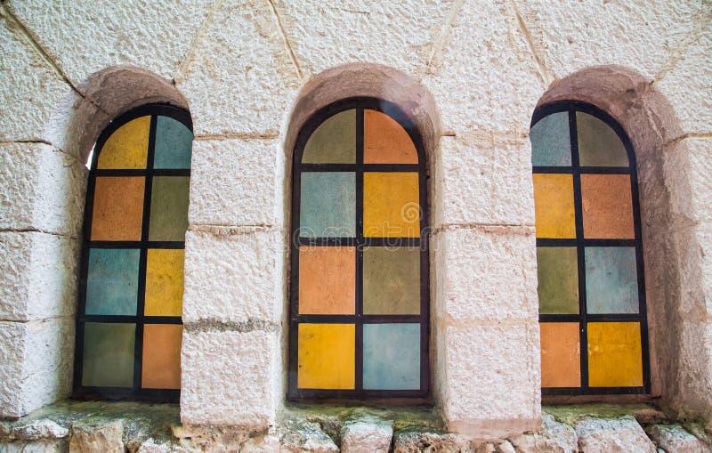 Barwiony Łukowaty Windows w tynku budynku zdjęcie royalty free