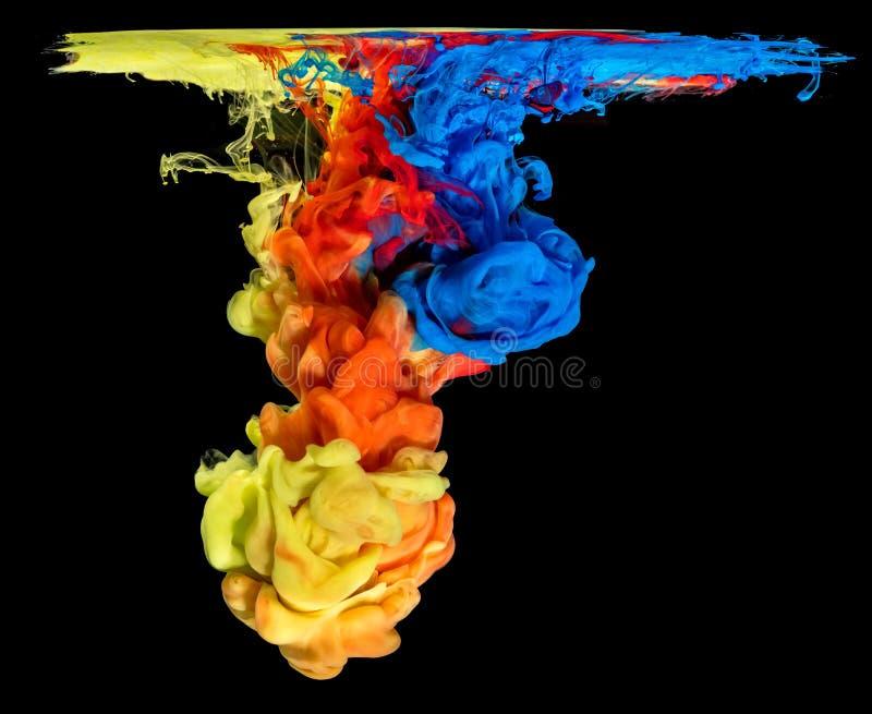 Barwiony atrament w wodzie tworzy abstrakcjonistycznego kształt zdjęcia stock