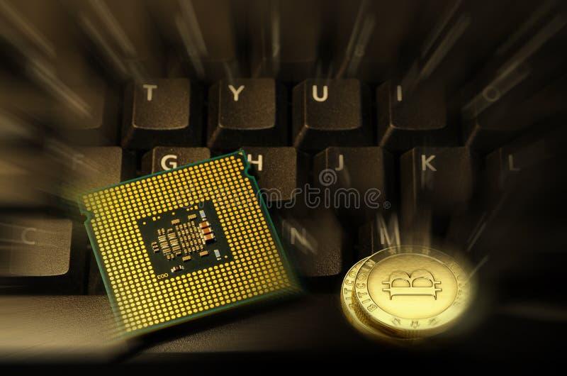Barwiony Bitcoin Cryptocurrency na komputerowej klawiaturze i jednostce centralnej obraz royalty free