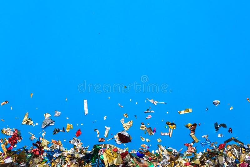 Barwiony confetti latanie na błękitnym tle obraz stock