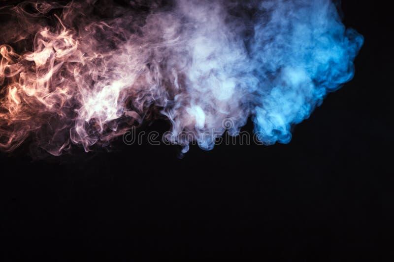 barwiony dym na czarnym tle Pojęcie lekki przedstawienie a obraz royalty free