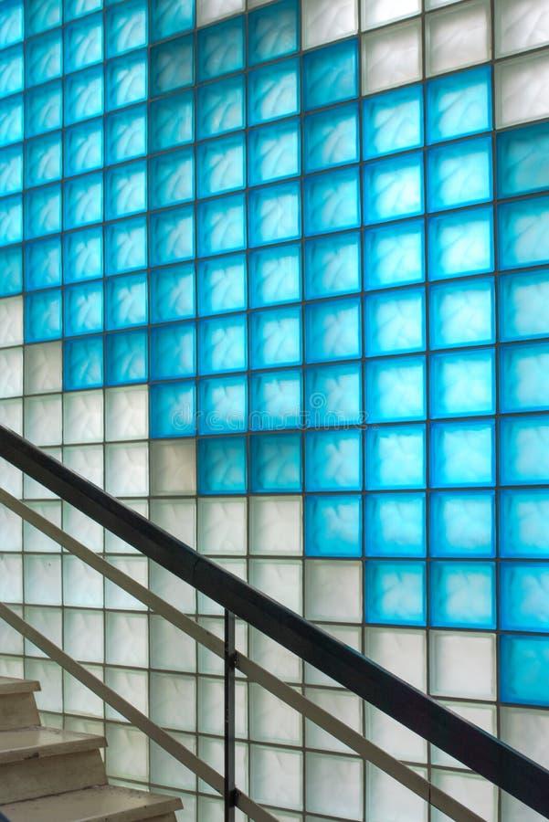 Barwiony frosted szklanych bloków korytarz z schody zdjęcie stock